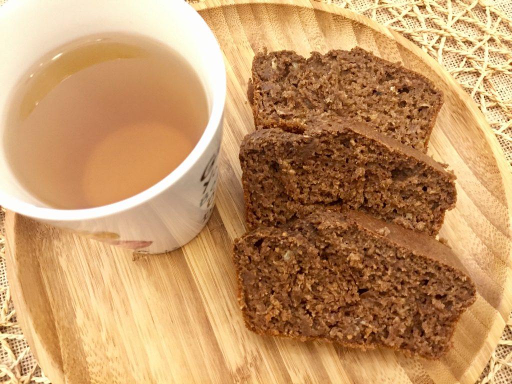 üç dilim kakaolu muzlu kek ve papatya çayı