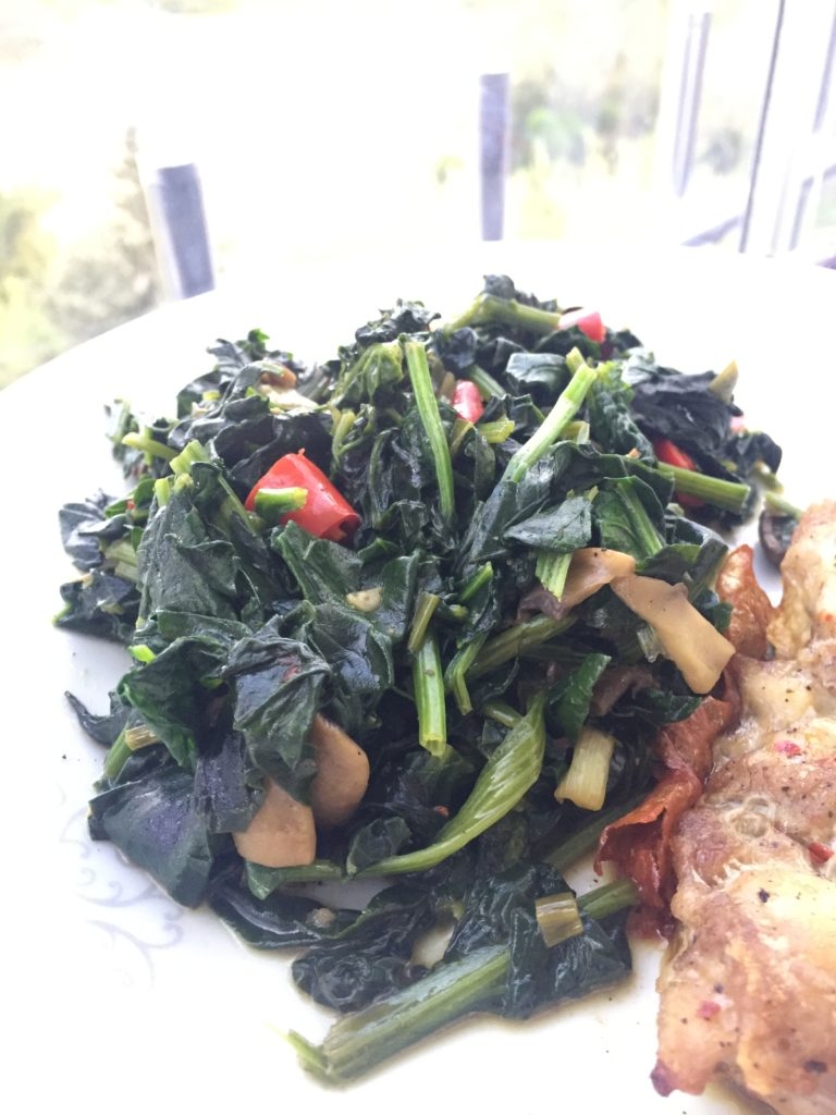 Mantar, kırmızı biber ve taze soğan ile sotelenmiş ıspanak yemeği